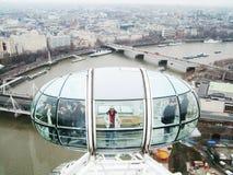 Μάτι του Λονδίνου - τουρίστες καψών Στοκ Εικόνα