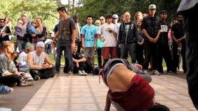 Μάχη/ανταγωνισμός Breakdancing β-αγοριών στο πάρκο απόθεμα βίντεο