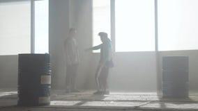 Μάχη χορού δύο χορευτών οδών σε ένα εγκαταλειμμένο κτήριο κοντά στο βαρέλι r r απόθεμα βίντεο