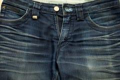 Μάλλον παλαιός μπλε Jean έχει τις συστάσεις λωρίδων και φερμουάρ Στοκ φωτογραφία με δικαίωμα ελεύθερης χρήσης