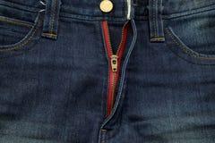Μάλλον παλαιός μπλε Jean έχει το λωρίδα και τις κόκκινες συστάσεις φερμουάρ Στοκ εικόνα με δικαίωμα ελεύθερης χρήσης