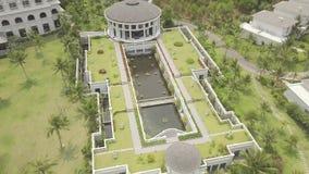 Μέγαρο πολυτέλειας με τη λίμνη και κήπος στην εναέρια άποψη στεγών Πολυτελής βίλα άποψης κηφήνων με τη θερινή λίμνη και κήπος στη απόθεμα βίντεο