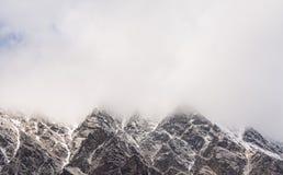 Μέγιστη κάλυψη βουνών με το σύννεφο και το χιόνι Στοκ Εικόνα