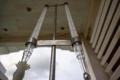 Μέγιστο και ελάχιστο θερμόμετρο που τίθεται στο μετεωρολογικό κλουβί στοκ εικόνες