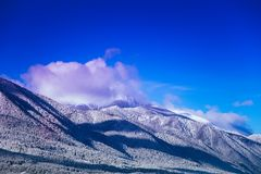 Μέγιστο, όμορφο φυσικό χειμερινό σκηνικό χιονιού βουνών Πάγος τοπ ο στοκ εικόνες