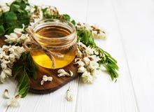 Μέλι με τα άνθη ακακιών στοκ εικόνες