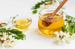 Μέλι με τα άνθη ακακιών στοκ φωτογραφία με δικαίωμα ελεύθερης χρήσης