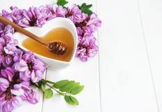 Μέλι με τα άνθη ακακιών στοκ φωτογραφίες με δικαίωμα ελεύθερης χρήσης