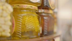 Μέλι με τα καρύδια απόθεμα βίντεο