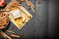 Μέλι με την κανέλα και τη φρέσκια Apple Στοκ φωτογραφία με δικαίωμα ελεύθερης χρήσης