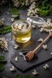 Μέλι στο βάζο με dipper μελιού Στοκ Εικόνα
