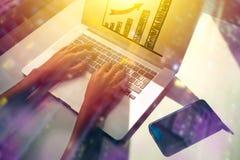 Μέλλον μια επιχειρησιακή έννοια με τη επιχειρηματία που χρησιμοποιεί το lap-top, διπλή έκθεση στοκ εικόνα