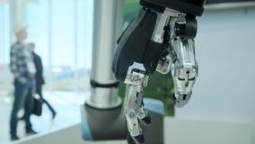 Μέλλον σήμερα Ο ρομποτικός χειριστής βραχιόνων περιστρέφεται στις ακτίνες του ήλιου Βραχίονας μετάλλων ενός ρομπότ Σύγχρονα ρομπό απόθεμα βίντεο