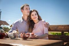 Μέλλον mom και μπαμπάς που τρώει τη φράουλα υπαίθρια Στοκ εικόνες με δικαίωμα ελεύθερης χρήσης