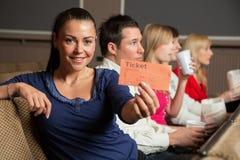 Μέλος ακροατηρίων που παρουσιάζει τα εισιτήρια Στοκ εικόνες με δικαίωμα ελεύθερης χρήσης