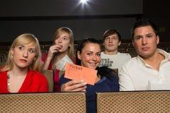 Μέλος ακροατηρίων που παρουσιάζει τα εισιτήρια Στοκ Εικόνες