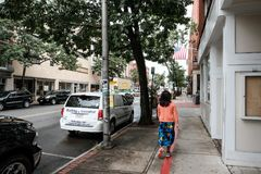 Μέλος του κοινό που βλέπει κάτω από μια οδό σε μια πόλη της Νέας Αγγλίας στοκ φωτογραφία