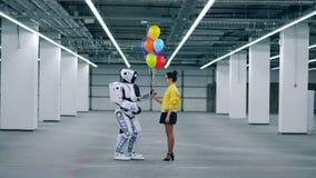 Μέρη δώρων ενός κοριτσιού των ζωηρόχρωμων μπαλονιών στο droid φίλων της απόθεμα βίντεο