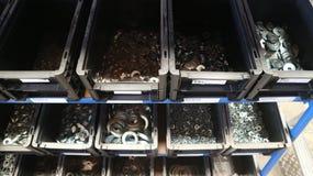 Μέρη και λεπτομέρειες μετάλλων για τη συγκέντρωση των μηχανημάτων και της μεταφοράς στα κιβώτια στοκ εικόνα με δικαίωμα ελεύθερης χρήσης