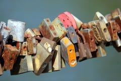 Μέρη της παλαιάς σκουριάς με τις γαμήλιες κλειδαριές στοκ εικόνες