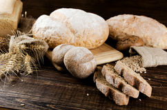 Μέρη του άσπρου και σκοτεινού ψωμιού Στοκ φωτογραφία με δικαίωμα ελεύθερης χρήσης