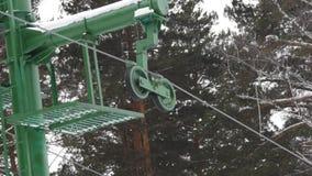 Μέρη του ανελκυστήρα έλξης, που στρίβουν τους ανελκυστήρες μηχανισμών γύρω ανελκυστήρας για τους σκιέρ και τα snowboarders χειμερ φιλμ μικρού μήκους