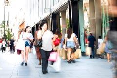 Μέρη των ανθρώπων που περπατούν στην οδό της Οξφόρδης, ο κύριος προορισμός Londoners για τις αγορές έννοια σύγχρονης ζωής Λονδίνο στοκ εικόνα