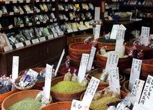 Μέρη των διαφορετικών σπόρων, των λαχανικών, των ξηρών καρπών και των καρυκευμάτων που παρουσιάζονται σε ένα από τα καταστήματα τ στοκ φωτογραφία με δικαίωμα ελεύθερης χρήσης