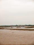 Μέρη των δεμένων βαρκών στον ποταμό στην απόσταση πίσω από τη λάσπη ove Στοκ φωτογραφίες με δικαίωμα ελεύθερης χρήσης