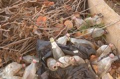 Μέρη των επαναχρησιμοποιημένων μπουκαλιών για να βάλει τα εντομοκτόνα ενάντια στις μύγες στοκ φωτογραφίες