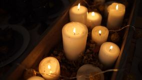 Μέρη των κεριών αναμμένων για τα Χριστούγεννα Οι κινήσεις καμερών στις ράγες απόθεμα βίντεο