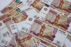 Μέρη των ρωσικών χρημάτων τα τραπεζογραμμάτια έρχονται στις μετονομασίες πέντε χιλιάδων κινηματογράφηση σε πρώτο πλάνο τραπεζογρα στοκ φωτογραφίες
