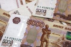 Μέρη των ρωσικών χρημάτων τα τραπεζογραμμάτια έρχονται στις μετονομασίες πέντε χιλιάδων κινηματογράφηση σε πρώτο πλάνο τραπεζογρα στοκ φωτογραφία