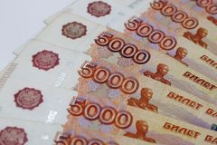 Μέρη των ρωσικών χρημάτων τα τραπεζογραμμάτια έρχονται στις μετονομασίες πέντε χιλιάδων κινηματογράφηση σε πρώτο πλάνο τραπεζογρα στοκ εικόνες