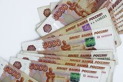 Μέρη των ρωσικών χρημάτων τα τραπεζογραμμάτια έρχονται στις μετονομασίες πέντε χιλιάδων κινηματογράφηση σε πρώτο πλάνο τραπεζογρα στοκ εικόνα