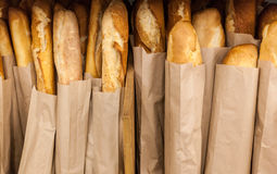 Μέρη των φρέσκων τραγανών φραντζολών του ψωμιού στοκ εικόνες με δικαίωμα ελεύθερης χρήσης