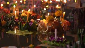 Μέρη των krathongs που επιπλέουν στο νερό Γιορτάζοντας παραδοσιακές ταϊλανδικές διακοπές - Loy Krathong απόθεμα βίντεο