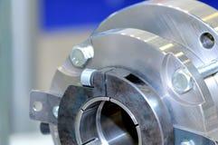 Μέρη χάλυβα για τα βιομηχανικά μηχανήματα γύρω από τη μορφή Στοκ Εικόνες