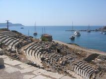Μέρος ενός αρχαίου αμφιθεάτρου με εξάλλου τη θάλασσα Τουρκία στοκ φωτογραφίες με δικαίωμα ελεύθερης χρήσης
