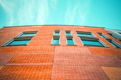 Μέρος ενός νέου κτιρίου γραφείων με το μπλε ουρανό Στοκ εικόνα με δικαίωμα ελεύθερης χρήσης