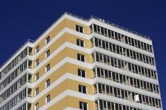Μέρος κίτρινου - άσπρο multi-storey κτήριο Στοκ Εικόνες