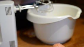 Μέρος λεμονιών τριψίματος στον ξύστη κουζινών σε ένα μίγμα κέικ που ψήνει απόθεμα βίντεο