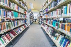Μέρος μιας βιβλιοθήκης με τα ράφια βιβλίων Στοκ Εικόνα