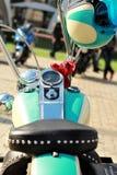 Μέρος μιας εκλεκτής ποιότητας μοτοσικλέτας με μια ταιριάζοντας με άποψη ταμπλό κρανών Στοκ φωτογραφία με δικαίωμα ελεύθερης χρήσης