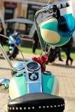 Μέρος μιας εκλεκτής ποιότητας μοτοσικλέτας με μια ταιριάζοντας με άποψη ταμπλό κρανών Στοκ Φωτογραφίες