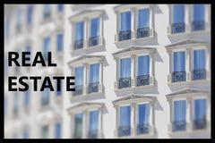 Μέρος μιας σύγχρονης πρόσοψης οικοδόμησης και το αρχιτεκτονικό σχέδιο μουσκεύουν μέσα Στοκ Φωτογραφίες