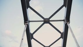 Μέρος της γέφυρας πέρα από τον ποταμό ενάντια στον ουρανό απόθεμα βίντεο