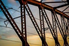 Μέρος της γέφυρας σιδηροδρόμου ενάντια στο δραματικό ουρανό Στοκ Εικόνες