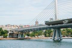 Μέρος της γέφυρας στη Ιστανμπούλ που συνδέει το ασιατικό μέρος με το ευρωπαϊκό μέρος της πόλης Η αρχιτεκτονική Στοκ Εικόνα