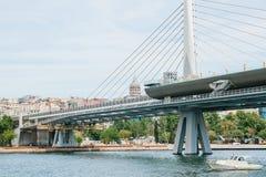 Μέρος της γέφυρας στη Ιστανμπούλ που συνδέει το ασιατικό μέρος με το ευρωπαϊκό μέρος της πόλης Κοντά στη γέφυρα Στοκ Φωτογραφία